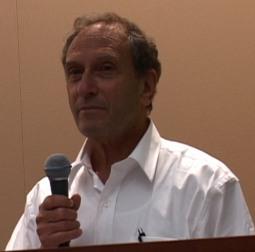 El autor y cineasta Saul Landau entrevista a Gerardo
